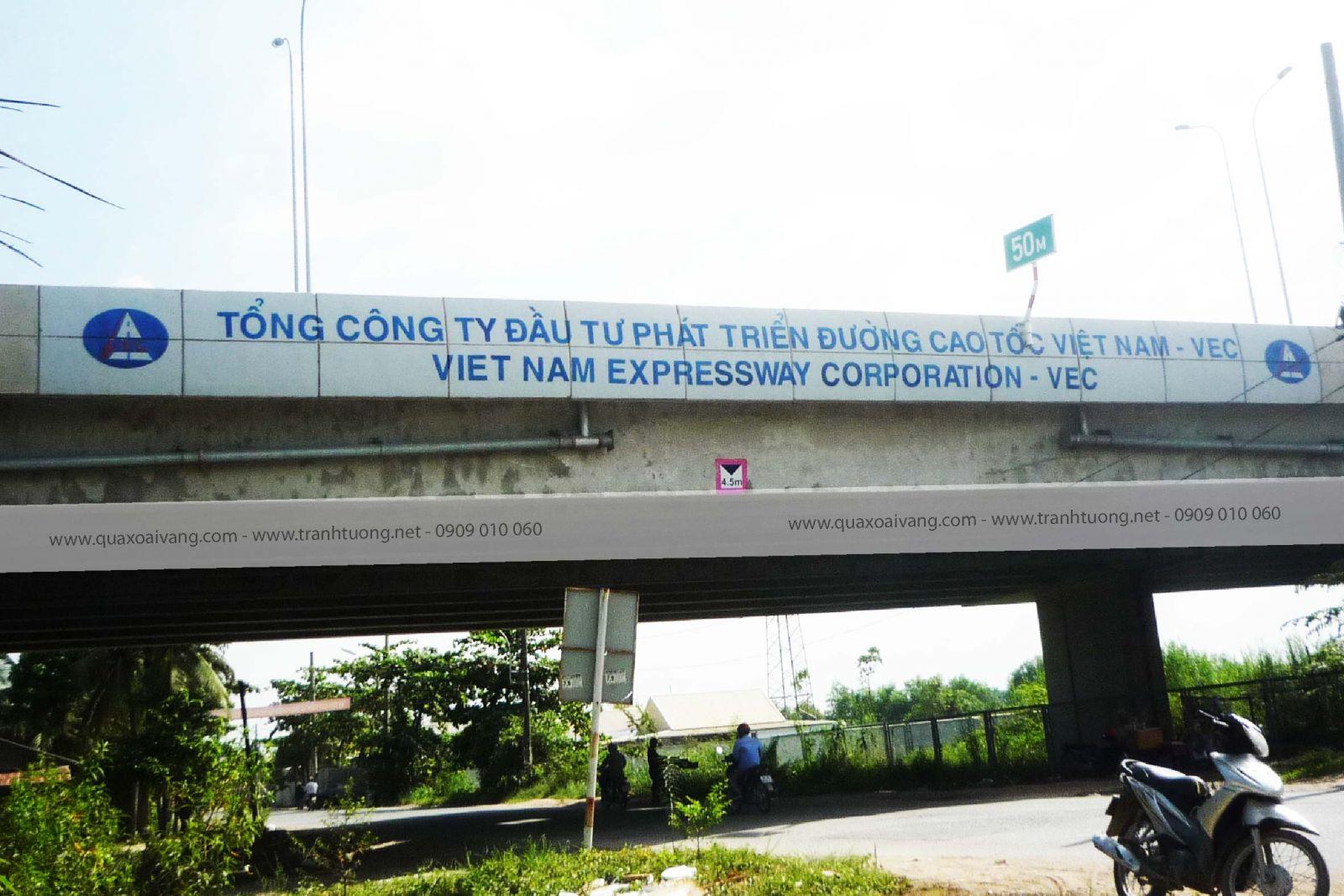 Vẽ quảng cáo lên thành cầu